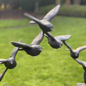 Kunstvolle Vogelskulptur als Vogelschwarm