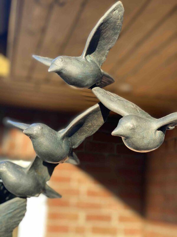 Kunstvolle Vogelskulptur als Vogelschwarm Detail