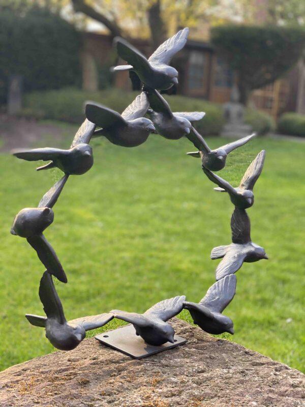 Kunstvolle Vogelskulptur als Vogelschwarm freistehend