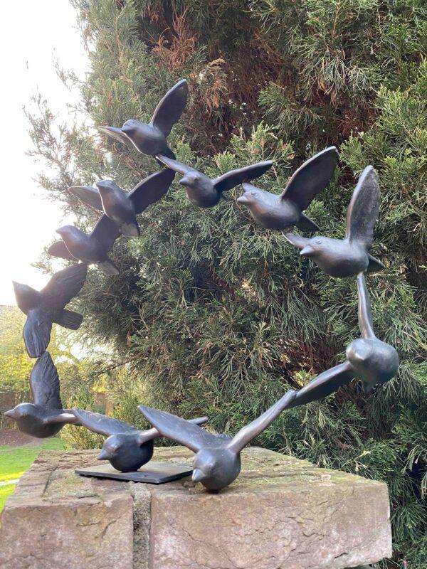 Kunstvolle Vogelskulptur als Vogelschwarm traumhaft schön