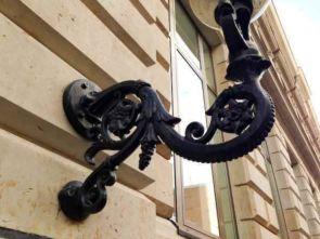 Typisch Hamburger Wandlaterne mit aufwendigem Wandarm für aussen -Detail