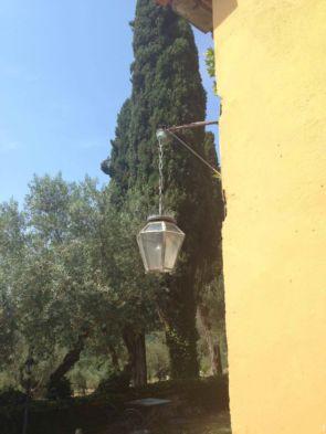Alte hängende Wandleuchte mit viel Glas an Hausecke