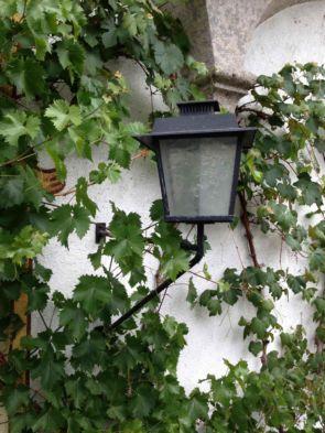 Alte schlichte Wandlampe mit Ausleger