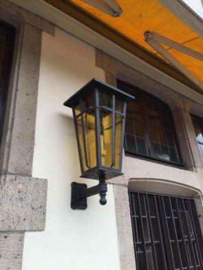 Alte Wandlaterne außen mit gelben Glas