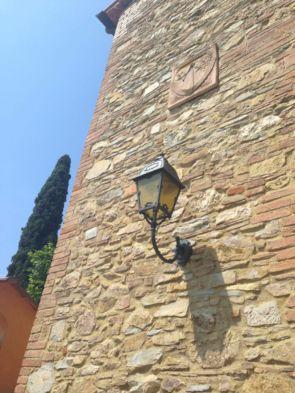 Alte Wandleuchte auf großer Steinmauer