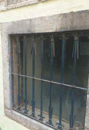 Aus alter Zeit stammendes Fenstergitter