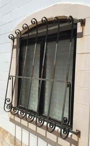 Ausladendes altes Fenstergitter geschmiedet