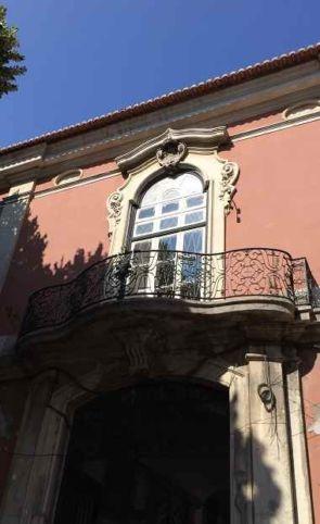 Schöner geschwungener schmiedeeiserner Balkon