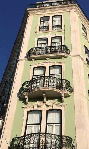 Wundervolle schmiedeeiserne Balkone am alten Gebäude