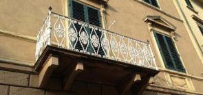 Weißer geschmiedeter Balkon