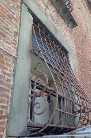 bauchiges altes geschmiedetes Fenstergitter