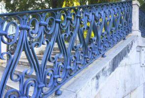 Altes blaues schmiedeeisernes Geländer
