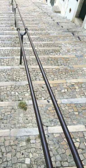 Dünner doppelter alter Handlauf für große Treppenanlagen