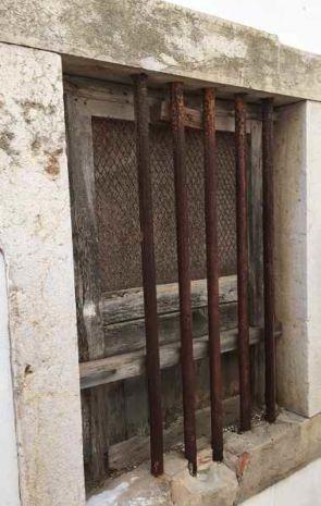 Massive Eisenstäbe sichern ein Fenster