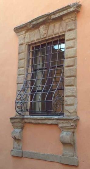 Schönes schmiedeeisernes gewölbtes Fenstergitter
