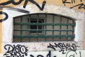 Altes Fenstergitter in grün