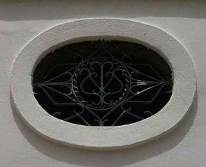 Ovales altes schmiedeeisernes Fenstergitter