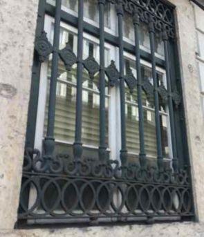 Altes repräsentatives Fenstergitter außen