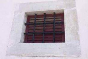 Kleines altes Fenstergitter massiv