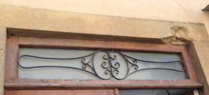 Schönes Fenstergitter oberhalb der Tür