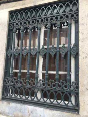 Aufwändiges altes Fenstergitter
