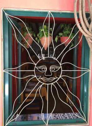 Fenstergitter aus Stahl in Form einer Sonne