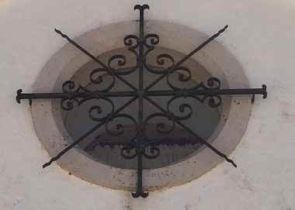 Schönes altes Fenstergitter über rundem Fenster