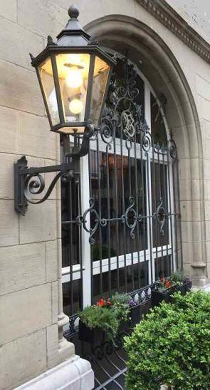 Schönes altes Fenstergitter passend zur Außenleuchte