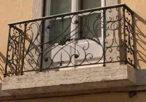Schöner alter Balkon mit Verzierungen