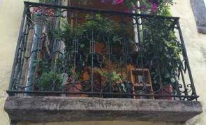 Kleiner schmiedeeiserner Balkon