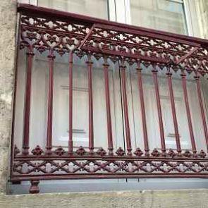 Alter französischer Balkon in rot