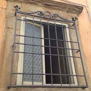 Wunderschönes altes antikes Fenstergitter