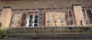 Graues Balkon Metallgeländer