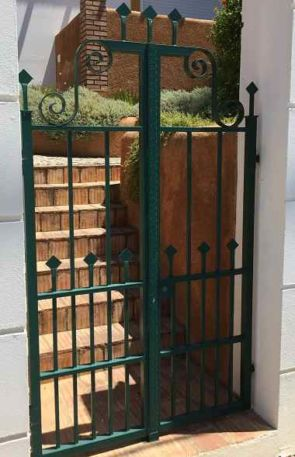 Stilvolle grüne Schmiedepforte
