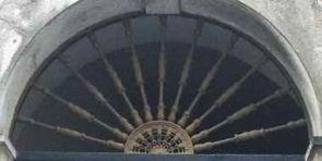 Halbrundes Fenstergitter alt