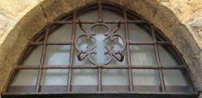 Schönes altes Fenstergitter geschmiedet