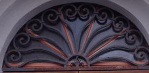 Halbrundes geschmiedetes Fenstergitter massiv und schön