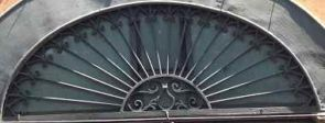 Prachtvolles halbrundes Fenstergitter geschmiedet