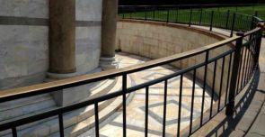 Schönes altes Geländer mit Bronze Handlauf