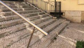 Edelstahl Handlauf auf großer alter Treppenanlage