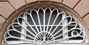 Schlichtes weißes Fenstergitter außen