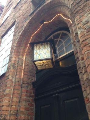 Historische alte Deckenhängeleuchte außen