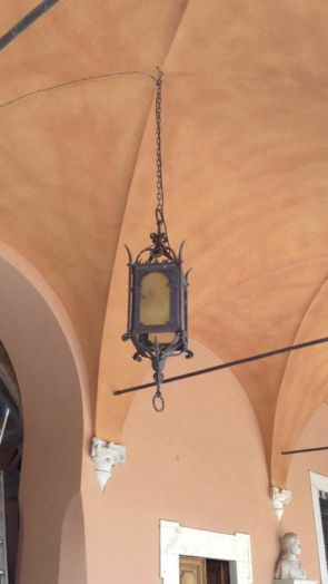 Historische Deckenhängelampe an Kette außen