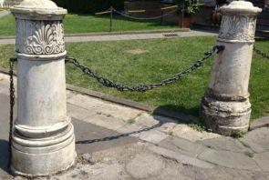 Historische Steinpfeiler mit Ketten