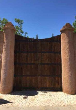 Riesiges Holztor mit geschmiedeten Beschlägen