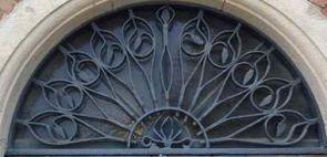 Hübsches halbrundes Fenstergitter