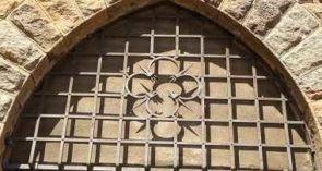 geschmiedetes altes Fenstergitter halbrund