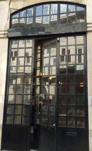 Schöne Metall Laden Fassade mit Eingang