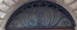 Schön geschmiedetes halbrundes Fenstergitter