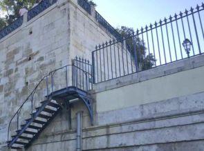 Stahl Außentreppe alt passend zur alten Zaunanlage